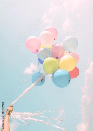 Fotografie, Obraz  Dívka ruka barevné balónky