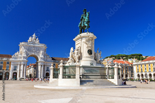 Fotobehang Beautiful image of the gate and statue of King Jose on the Commerce square (Praca do Comercio) in Lisbon, Portugal