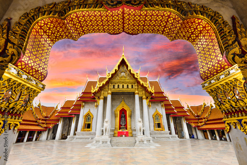 La pose en embrasure Edifice religieux Marble Temple of Bangkok, Thailand.