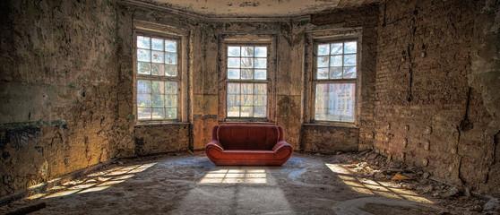 nostalgischer Raum mit roter Couch