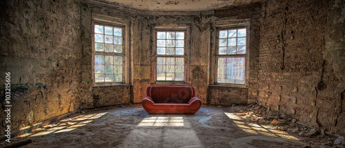 Obraz nostalgischer Raum mit roter Couch  - fototapety do salonu