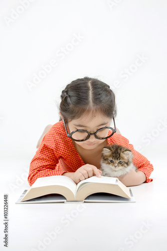 Photo  Little Asian girl reading a book with lovely Persian kitten on isolated