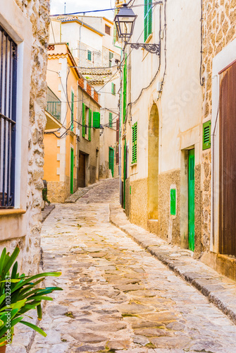 Obraz Alejka z brukowymi kamieniami, śródziemnomorska wioska - fototapety do salonu