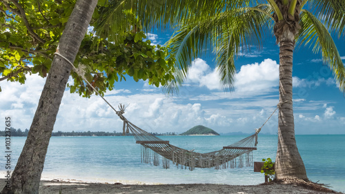 tropikalna-plaza-z-palmami-kokosowymi-i-hamakiem