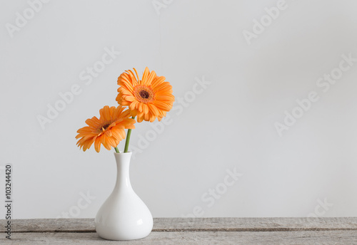 Foto op Plexiglas Gerbera Gerbera in vase on old wooden table