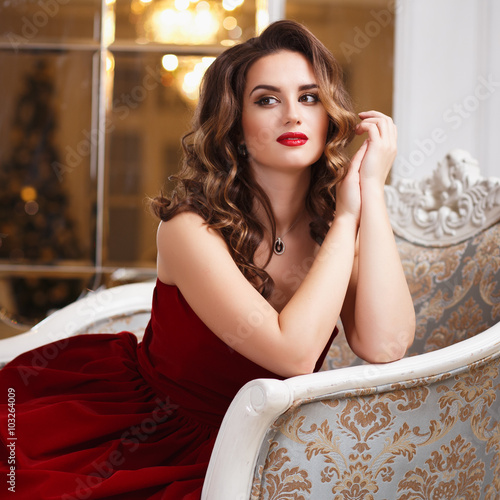 Photo  Beautiful young woman with perfect make up and hair style in gorgeous red evenin