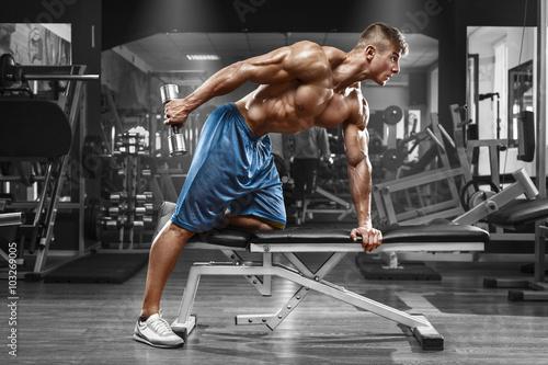 miesniowy-mezczyzna-pracujacy-w-gym-robi-cwiczeniom-z-dumbbells-przy-triceps