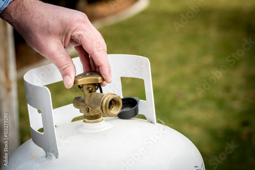 Backyard propane tank valve adjustment