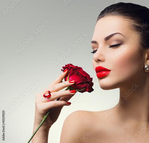 Fotografie, Obraz  Modelka dívka portrét s rudou růží v ruce