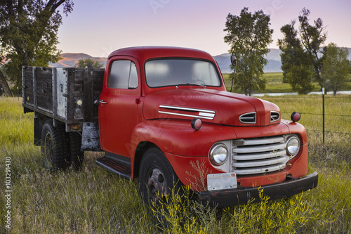Valokuva  Vintage Truck in a Country Field