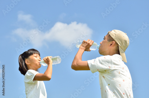 Fotografie, Obraz  青空で水を飲む親子(夏)