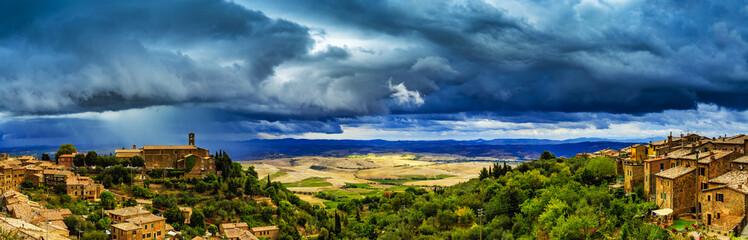 Montalcino, stary historyczny średniowieczny miasteczko, Włochy. Toskański krajobraz w tle - panorama