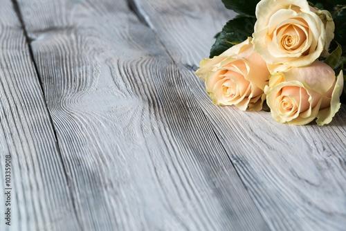 stara-szara-popekana-drewniana-podloga-z-trzema-rozami