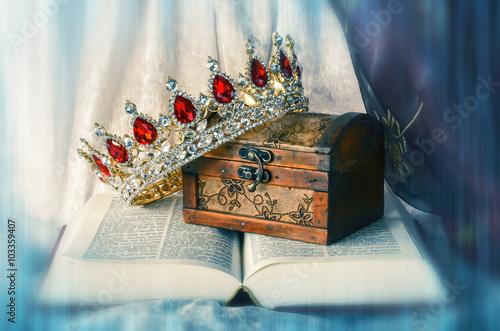 Aufgeschlagene Bibel mit Schatz und Krone mit Farbeffekt, Struktur und  Unschärf Canvas-taulu