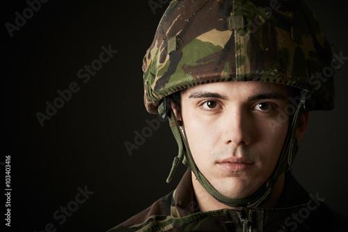 Fotografía  Retrato del estudio del soldado en uniforme
