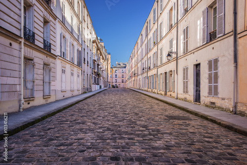 Canvas-taulu Picturesque cobbled street in Paris, France