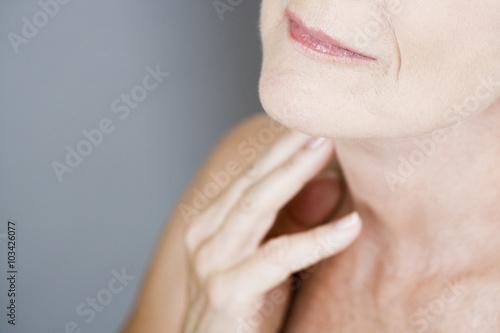 Fotografía  A senior woman touching her neck