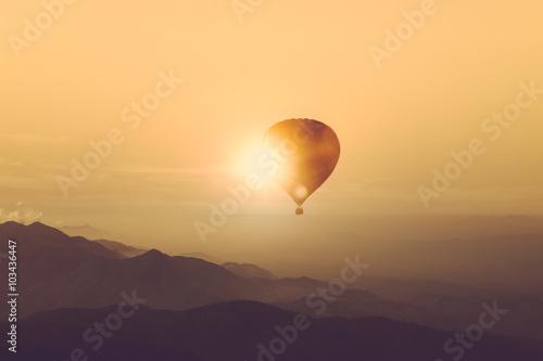Keuken foto achterwand Ballon Silhouette of hot air balloon over mountain vintage color