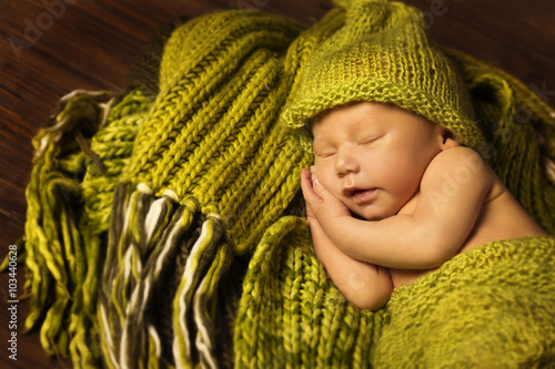 obraz dibond Newborn Baby Sleeping, New Born Kid Sleep in Green Woolen blanket
