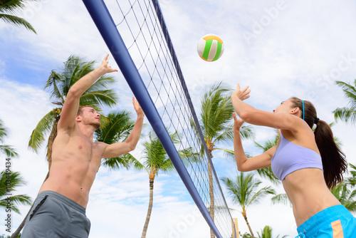 Plakat Przyjaciele gry w siatkówkę plażową. Kobieta i mężczyzna zabawy gra rekreacyjna siatkówka w lato życia zdrowego aktywnego stylu życia sportowego.
