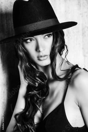 Fotografía  attractive lady in hat