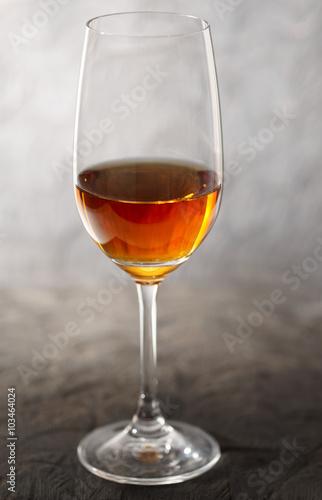 Fotografia Glass of amontilliado sherry on wooden plank
