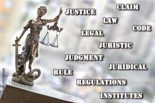 statua-sprawiedliwosci-z-mieczem-i-skala-pojecie-prawa