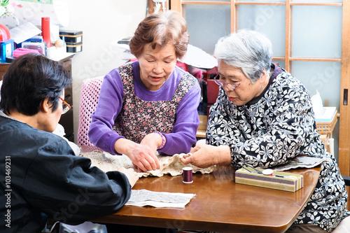 Fotografia  裁縫をしながらおしゃべりをしている高齢の女性,日本人