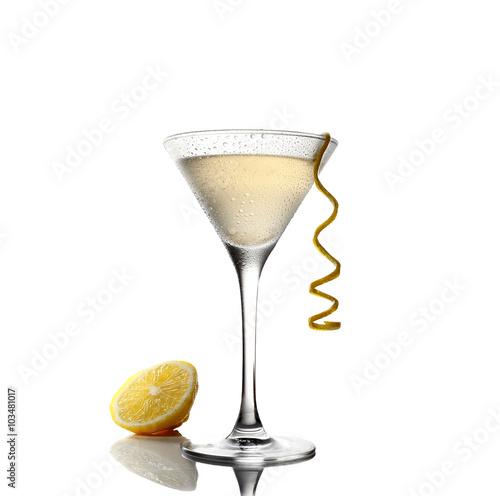 zimna-lemoniada-i-martini-w-szklance-na-bialym