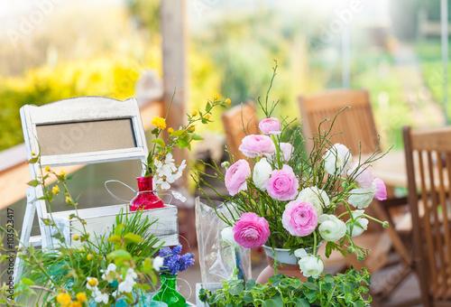 Fotografie, Tablou  Frühling auf der Terrasse, Dekoration mit Blumen
