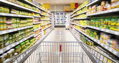 Fotografía  Einkaufswagen im Supermarkt