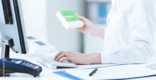 Tuinposter Apotheek Pharmacist searching products in the database