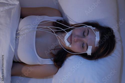 Junge Frau schlafend beim Messen der Gehirnströme zb im Schlaflabor Wallpaper Mural