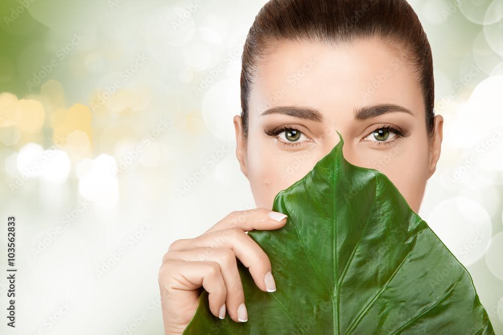 Herrliche junge Frau mit einem frischen Blatt auf ihr Gesicht Foto ...