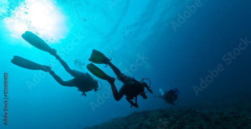 La pose en embrasure Plongée Group of scuba divers underwater