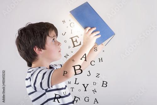Fotografie, Obraz  niño leyendo un libro