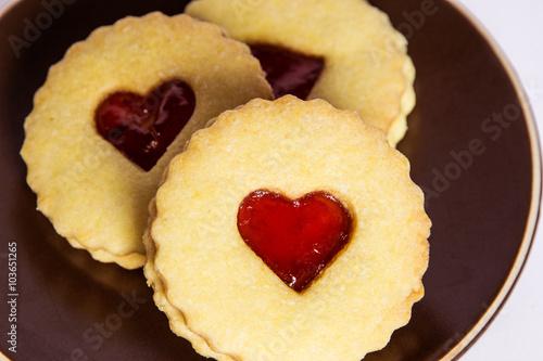 Valokuva  Biscotti senza glutine fatti in casa con marmellata a forma di cuore