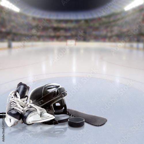 Plakat Dramatyczna hokejowa arena Z wyposażeniem na Odbijającej Lodzie i Kopii Przestrzeni. Celowa ostrość na pierwszoplanowym wyposażeniu i płytką głębię pole na tle. Efekt rozbłysku świetlnego.