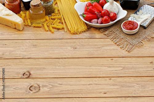 Fotografia  Pasta Zutaten auf Holzhintergrund