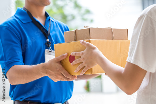 Photo Woman hand accepting a delivery of boxes from deliveryman