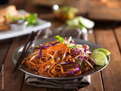 Valokuva beef pad thai stir fry dish on plate with chopsticks
