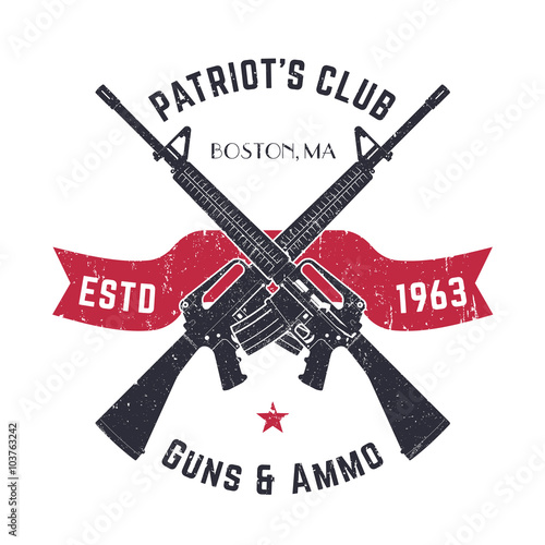 Fotografia Patriots club vintage logo with crossed guns, gun shop vintage sign with assault