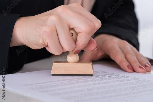 Fotografía  Businessperson Using Stamper On Document