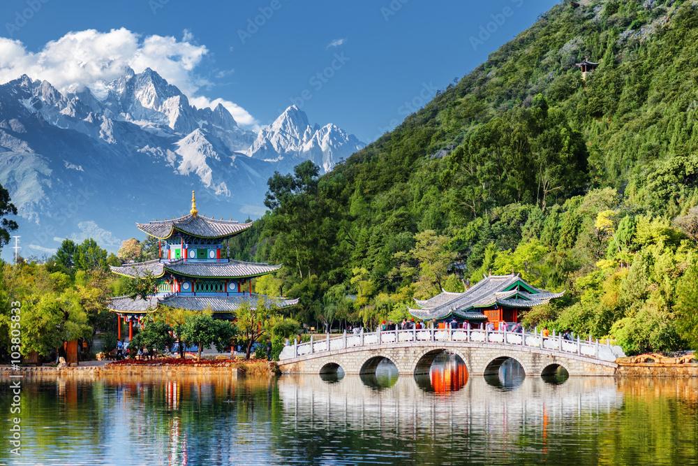 Fototapeta Beautiful view of the Jade Dragon Snow Mountain, Lijiang, China