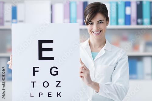 Fotografía  Professional oculist holding an eye chart