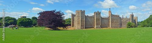 Obraz na plátně Framlingham castle and church with visitors.