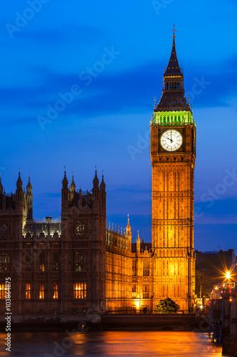 big-ben-zegarowa-wieza-i-parlament-przy-nim