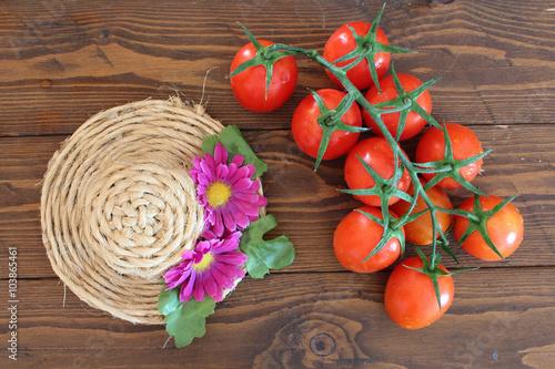 Photo  Natura morta con pomodoro rosso a grappolo Piccadilly e cappelli