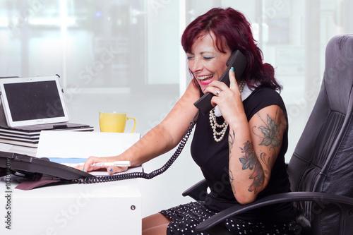 Photo  Sekretärin mit Klatsch & Tratsch am Telefon