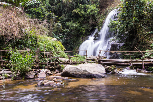 Fotobehang Bos rivier Pha Dok Sie Waterfall in Doi Inthanon national park, Chiangmai T
